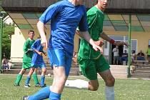Z utkání 14. kola okresního přeboru dorostenců Cítov (v modrém) - Horní Beřkovice (0:6).