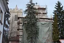 Kostel v Čečelicích se dočkal opravení části fasády.