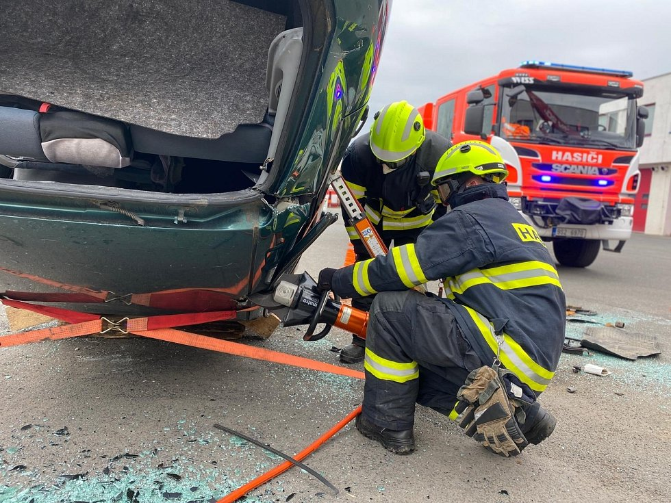 Z výcviku mělnických hasičů.