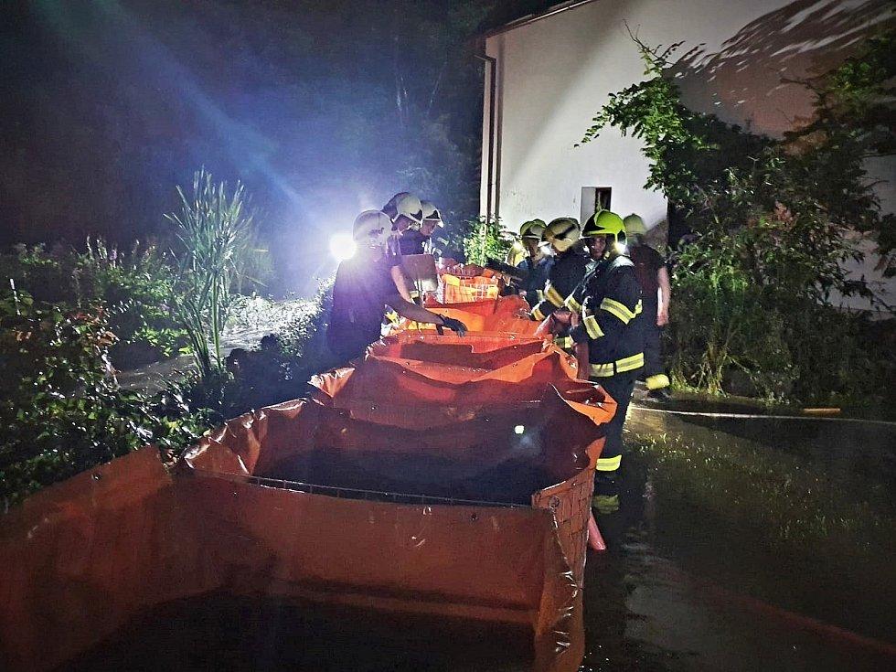 Hasiči v souvislosti s deštěm vyjížděli hlavně na čerpání vody.
