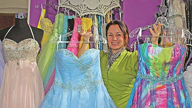 531be258408 Půjčovna ve Svatováclavské ulici nabízí dvě stě různých společenských a  svatebních šatů. ...
