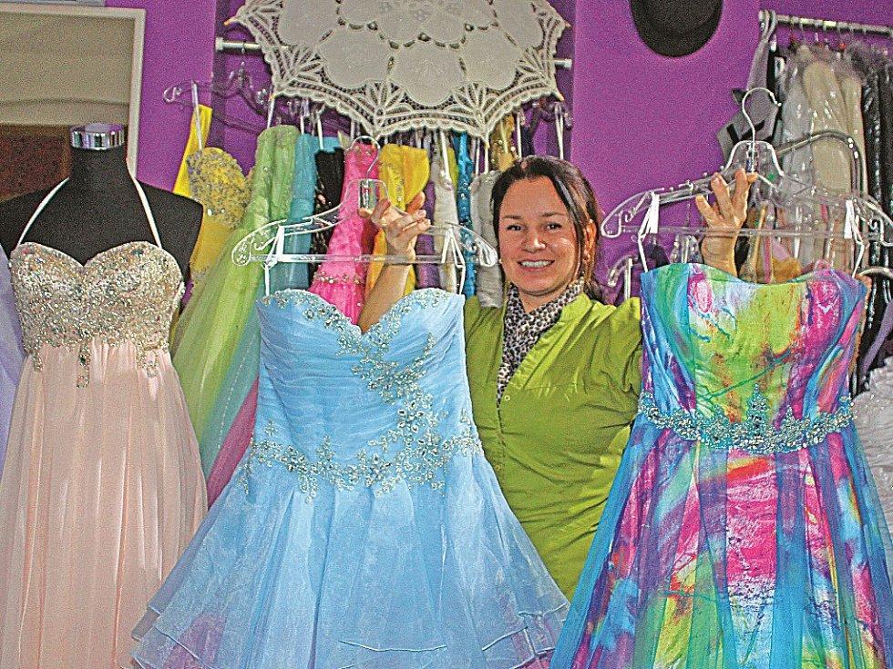Půjčovna ve Svatováclavské ulici nabízí dvě stě různých společenských a svatebních šatů.