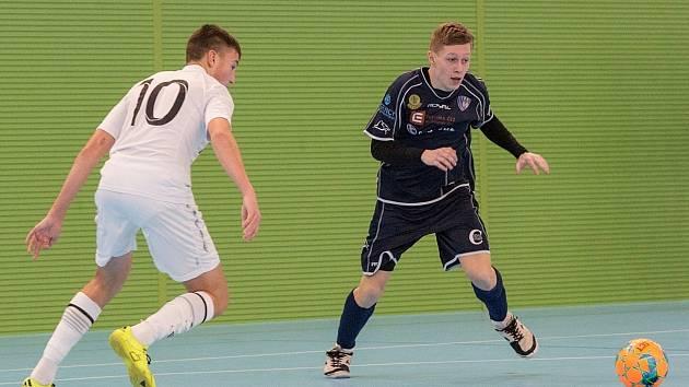 Radek Miřatský (vpravo) kromě fotbalu válí také futsal za juniorský celek Olympiku Mělník.