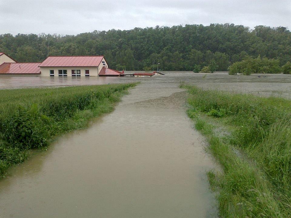 Zatopené fotbalové hřiště ve Chvatěrubech.