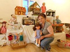 Věra Čížková s částí své sbírky, která zahrnuje kočárky, panenky, pokojíčky a další dobové předměty.