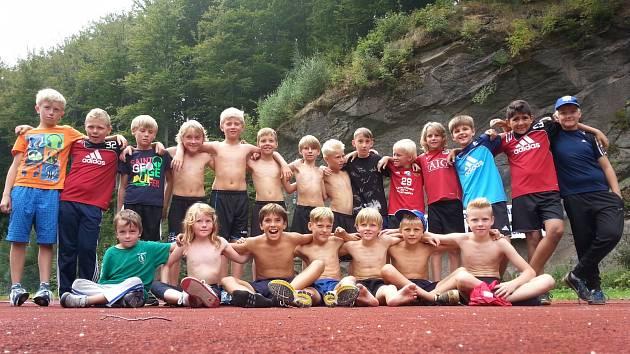 JEDNY Z NEJLEPŠÍCH VÝKONŮ do odznaku OVOV si připsali neratovičtí fotbalisté v létě na soustředění v Jizerských horách. Na snímku po vytrvalostním běhu na atletickém ovále v Desné u Tanvaldu.