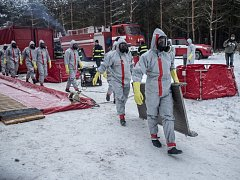Hasiči v ochranných oblecích zasahovali 9. ledna v Lázních Toušeň ve Středočeském kraji u výskytu ptačí chřipky.