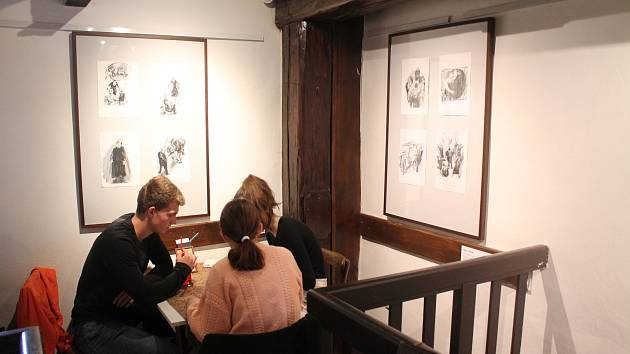 Výstava ilustrací a umělecké grafiky s názvem Tisky renomované výtvarnice, grafičky, ilustrátorky a výtvarné pedagožky Heleny Horálkové probíhá v těchto dnech v mělnické galerii Ve Věži.