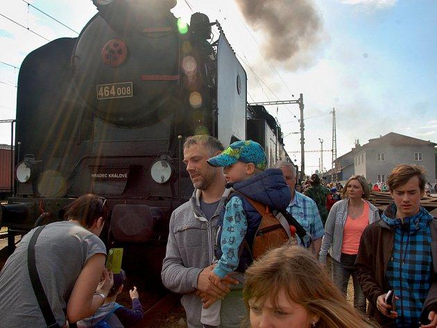 Parním vlakem z Prahy na Kokořínsko vyrazili cestující uplynulou sobotu. České dráhy, stejně jako loni, vypravily také letos zvláštní parní vlak tažený lokomotivou Bulík z roku 1935.