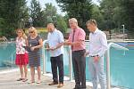 Ze slavnostní otevření zrekonstruovaného plaveckého bazénu v areálu městského koupaliště v Neratovicích.