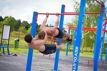 Neratovické hřiště pro street workout dostalo nové cvičební prvky.