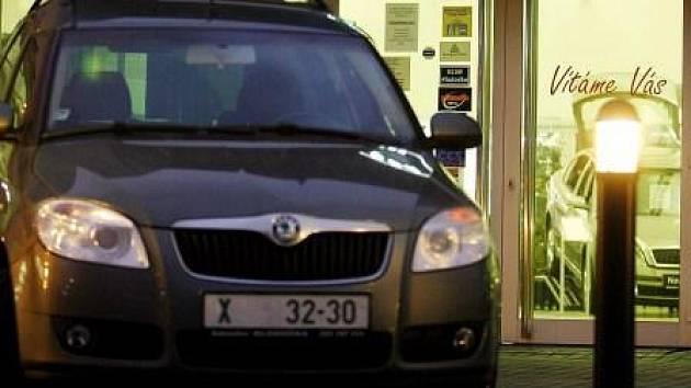 SPORNÉ ZÁRUKY. U oprav aut nepanuje mezi odborníky shoda, zda platí šetiměsíční záruka určená starou vyhláškou, nebo jen zákonem obecně stanovená tříměsíční záruka.