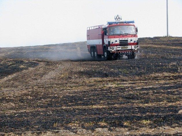 MAJITELÉ pole měli velké štěstí. Hořet začalo jen několik dnů poté, co sklidili úrodu a hasiči tak likvidovali pouze zbylé strniště.