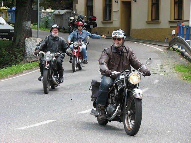 Milovníci veteránů vyrazili na Jízdu Kokořínskem.