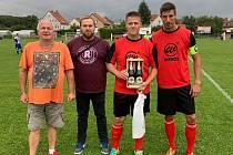 Mezi svými. Tomáš Přibík (druhý zleva) patří k neodmyslitelným členům realizačního týmu FC Lobkovice.