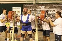 Silák Milan Špingl z Jindřichova Hradce získal absolutní prvenství. Zdvihá činku o hmotnosti 390 kilogramů v dřepu. Každého borce jistila proti nechtěnému pádu činky pětičlenná skupina.