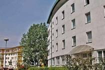 Mezi Vltavou a sídlištěm Cukrovar jsou dva domy s pečovatelskou službou pro 130 klientů.