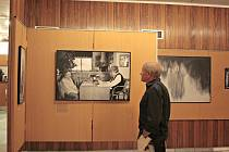 Pondělní vernisáž ve Společenském domě vNeratovicích otevřela výstavu fotografa Martina Homoly snázvem Domov můj svědectví portrétů. Už samotný název výstavy napovídá, že jde o výstavu svelkým přesahem.