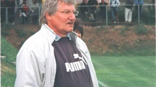 Pavel Heimrath starší prožívá zápas na lavičce Dynama.