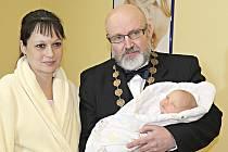 Maminka Martina Veselá svěřila Simonku do náruče mělnickému starostovi Ctiradu Mikešovi. Ten přiznal, že takhle malé miminko choval naposledy před pětadvaceti lety.