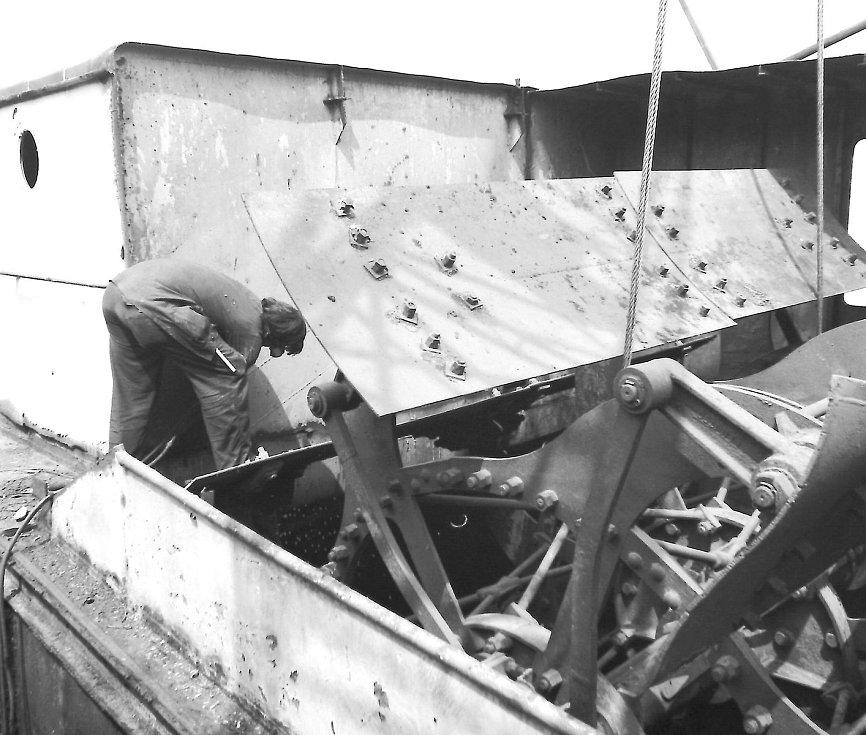 Vytažení koles z lodi — v Mělníku 1986