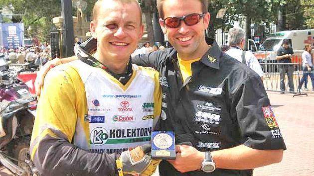 Michal (vpravo) se závodníkem Davidem Pabiškou