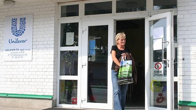 Zaměstnanci Unileveru v Nelahozevsi odcházeli z ranní směny se ještě nestihli se špatnou zprávou smířit.