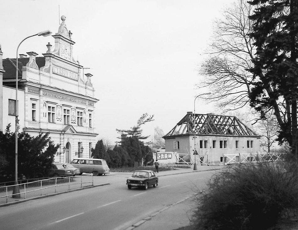 Fotografie z počínající demolice historické budovy Hrdinova vinařského lisu lidově zvaného Katovna před 35 lety.