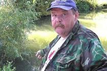 KDO ZA TO MŮŽE? Miloslav Mařík z Vinařic si jel včera zarybařit do Buštěhradu. Zápach a mrtvé kusy u břehu ho ale nemile překvapily. Kdo úhyn ryb zavinil, se zatím neví.