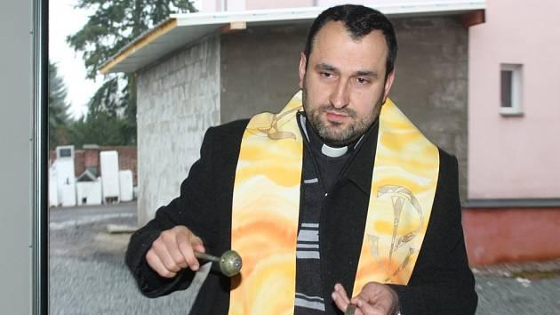 Povodňovým skladům a záchranářskému člunu požehnal neratovický farář Peter Kováč.