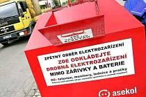 KROMĚ zakázaných elektrospotřebičů, zářivek a baterií, mohou lidé do nových kontejnerů vyhazovat vysloužilá elektronická zařízení. Kontejnery jsou na deseti místech ve městě.