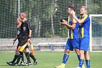Fotbalisté Neratovic (v modrožlutém) porazili v domácím utkání divize B Tatran Rakovník 2:0.