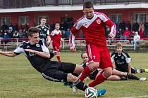 Sokol Brozany (v červeném) - Sokol Libiš (1:0 po PK); 17. kolo divize B; 15. března 2015