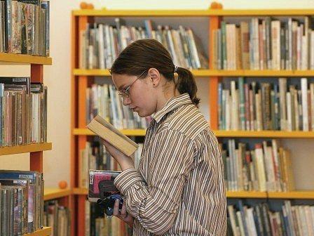 Knihovny na Mělnicku mají o prázdninách nabito. Největší zájem je o ženské romány a detektivky.