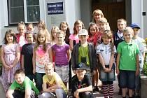 Jitka Samková Volemanová (zcela vzadu) je nejen třídní učitelkou druháků a čtvrťáků, ale druhý rok také ředitelkou celé Základní školy v Malém Újezdu.