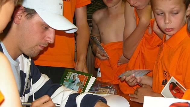 Zatímco loni navštívil fotbalovou akademii v Brandýse nad Labem Marek Matějovský (na snímku), letos přijel útočník bundesligového Frankfurtu Martin Fenin.