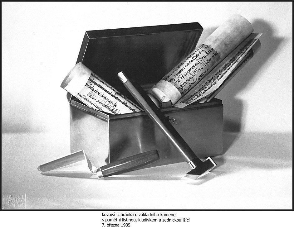 Kovová schránka u základního kamene s pamětní listinou, kladívkem a zednickou lžicí z roku 1935.