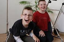 Desetiletý Michal (vlevo) má šanci na to, aby začal chodit. Na léčebný pobyt ovšem schází peníze.