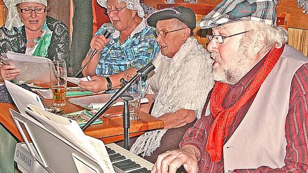 Kralupský rodák, muzikant a bývalý starosta města Pavel Rynt představil na setkání místního Spolku pro instalaci sochy Josefa Švejka v Kralupech  Švejkovu hymnu,  autorskou skladba Ať žijí Kralupy!