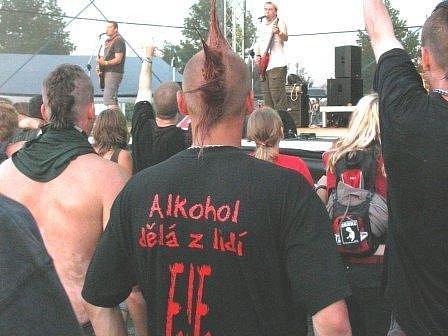 FANOUŠKOVÉ. Na minulé ročníky přijeli na festival fanouškové dobré muziky ze širokého okolí. Na snímku z loňského roku poslouchají skupinu ze Slaného Totální nasazení.