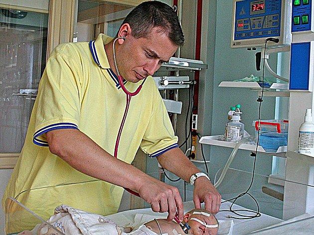 Primář Jiří Havránek zahájil na neonatologickém oddělení provoz jednotky intenzivní péče