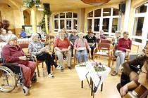 V rámci tradiční vánoční akce Deníku – Česko zpívá koledy se ve středu 11. prosince zpívalo také v Domě Kněžny Emmy v Neratovicích.