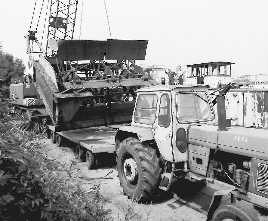 Nakládání koles na podvozek — v Mělníku 1986