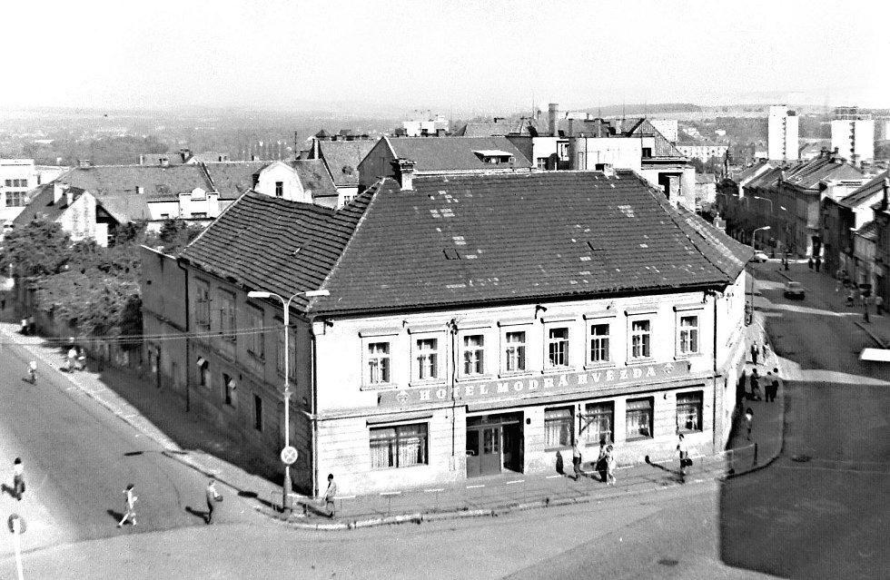 Hotel Modrá hvězda stával na náměstí Karla IV. s restaurací a pivnicí, kdysi Holcova pivnice. V 70. letech minulého století však musel ustoupit modernějším obchodním domům.