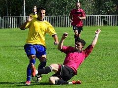 Z TATRANU VÍTĚZNĚ. Rakovnickou obranu se spoluhráčům neratovického Marka Bartáka (ve žlutém) podařilo ve druhém poločase pokořit hned třikrát.