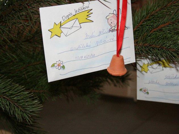 Dětské dopisy Ježíškovi na Stromu splněných přání v prostorách mšenské radnice.