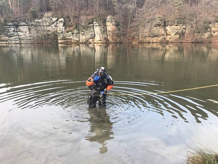 Na Kokořínsku sjelo auto do rybníka. Po lidech pátrali potápěči.