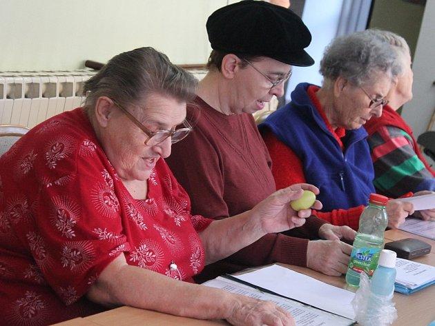 Členové sboru Cesmína se teď při zkouškách věnují výhradně koledám.