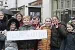 Ve Svatováclavské ulici vMělníku je od pondělí 11. listopadu kvidění exteriérová výstava fotografií Oldřicha Škáchy snázvem VH – disident, prezident, občan.