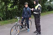 Strážník Lucie Jandová při kontrole cyklisty